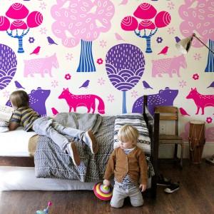 Bajki skandynawskie były inspiracją do stworzenia skandynawskiej tapety dostępnej w sklepie Pixers. Dekoracja zmieni pokój maluchów w zaczarowany świat. Fot. Pixers.