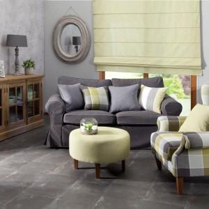 Salon w klasycznym stylu wzbogacają eleganckie, jednolite poduszki oraz te w kratkę - wykonane z tego samego materiału, co fotel. Nawiązanie kolorem poduszki do innego detalu pomieszczenia to świetny chwyt, wprowadzający harmonię do wnętrza. Fot. Dekoria.
