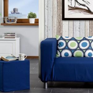 Piękna, duża poduszka w kolisto-kwiecisty wzór idealnie przełamuje kolor sofy i wnosi do wnętrza radość i przytulność. Gotowe poduszki jak i tkaniny dekoracyjne dostępne w sklepie Dekoria. Fot. Dekoria.