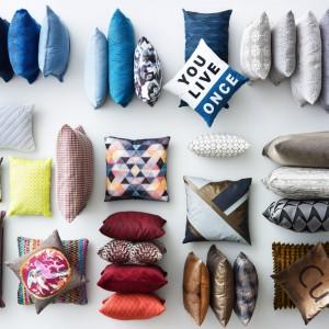 Poduszki warto dobrać do stylu salonu. Czasem warto postawić na jednolite, innym razem wzorzyste. Modne są także te z printami i napisami. Fot. BoConcept.
