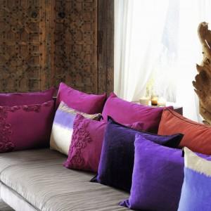 Niezwykle eleganckie spore poduszki w różnych kolorach nie tylko ozdabiają wnętrze, ale pełnią też funkcję oparcia. Fot. Elitis.