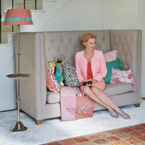 Piękne wzorzyste poduszki w kobiecych wzorach i kolorach będą świetnie ozdabiać eleganckie wnętrza. Propozycja marki Riviera Maison, dostępne w sklepie Squarespace. Fot. Riviera Maison.