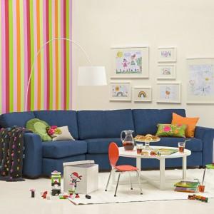 Wesołe, kolorowe wnętrze ozdobiono idealnie dobranymi do zasłon poduszkami, które świetnie kontrastują z barwą kanapy. Fot. Inne Meble.
