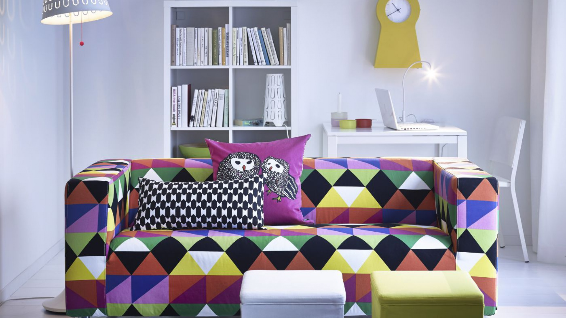 Ciekawą sofę w geometryczne wzory znakomicie uzupełniają poduszki. Poduszka Gulört w sowy ma z drugiej strony czarno-biały wzór, dzięki temu można dowolnie zmieniać wystrój wnętrza. Cena: 15,99 zł. Czarno-biała poduszka Nävviva - cena 15,99 zł. Do nabycia w IKEA. Fot. IKEA.