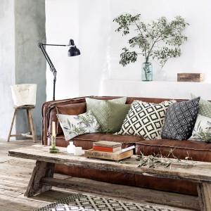 Ten salon w stylu vintage świetnie wzbogacają poduszki w geometryczne i roślinne wzory. Te drugie są wręcz powtórzeniem żywych gałęzi, które stoją w wazonie! Dostępne w H&M. Poszewka na poduszkę biała w czarne romby, z frędzlami, rozmiar 50x50 cm, w cenie 59,90 zł. Fot. H&M.