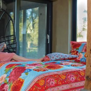 Kolorowa pościel to najszybszy i najtańszy sposób na zmianę charakteru naszej sypialni. Na rynku dostępny jest ogromny wybór wzorów i kolorów, dzięki czemu każdy znajdzie coś dla siebie. Fot. PiP Studio.