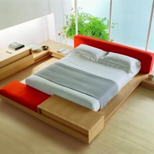 Dwukolorowe łóżko? Czemu nie. Jasny, spokojny kolor drewna pięknie ożywia mocna czerwień. Fot. Fimes.