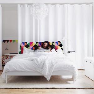 Kolorowy zagłówek to świetny sposób na ożywienie białej sypialni - możemy wybrać dowolne zestawienie barw. Fot. IKEA.