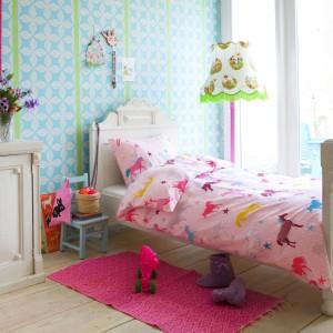 Różowa pościel w kolorowe kucyki z pewnością spodoba się nie jednej dziewczynce. Towarzystwa zwierzętom dotrzymują barwne gwiazdki. Fot. Becky and Lolo.