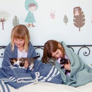 Warto by na łóżku oprócz kołdry i poduszki znalazł się także koc. Przyda się podczas chłodniejszych nocy, jak również otuli pociechy zanim zasną, np. w czasie zabawy. Fot. Coast New Zealand.