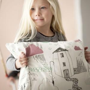 Designerska poduszka marki Ferm Living Kids, przedstawiająca zwyczajne podwórko. Tkanina, z której została wykonana, inspirowana jest rysunkami dzieci. Fot. The Kid Who. ok.jpg