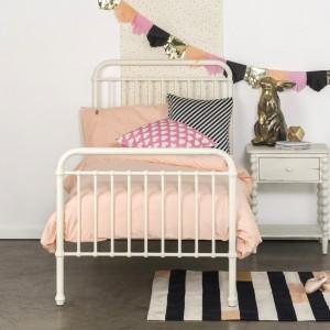 Pastelowa pościel to propozycja dla nastolatki. Aranżacje łóżka można wzbogacić poduszkami z tkaniny o wyrazistych barwach. Fot. Cranmore Home.