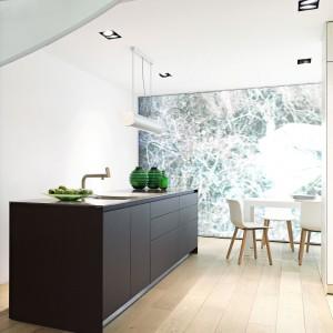 Piękna kuchenna wyspa podążająca za minimalistycznym wzornictwem z frontami w satynowym wykończeniu. Czerń w macie nadaje jasnemu pomieszczeniu szyk i wytworność. Fot. Bulthaup, linia b3.