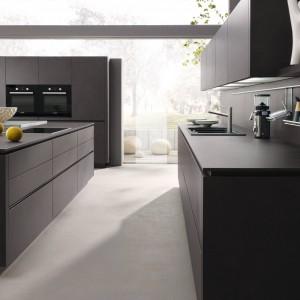 Intensywnie czarne, wykończone na mat fronty i dopasowany kolorem i fakturą blat nadają kuchni ultra-nowoczesny charakter. Będą prezentować się idealnie w nowoczesnych wnętrzach, jak i przestrzeniach lekko industrialnych. Fot. Alno, program Alnostar.