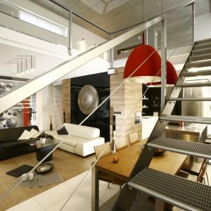 Minimalistyczne, metalowe schody nadają eleganckiemu wnętrzu bardziej nowoczesny styl. Połyskująca balustrada Projekt: Liliana Masewicz-Kowalska. Fot. Bartosz Jarosz.