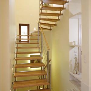 Lekkie, ażurowe schody z drewna to idealna propozycja do ciepłych, nowoczesnych wnętrz. Projekt: Małgorzata Borzyszkowska. Fot. Bartosz Jarosz.
