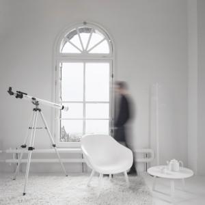 Wyposażenie wnętrza dopasowano do potrzeb artystów, troszcząc się o stałe źródło inspiracji, zapewniono im lunetę, przez którą mogą oglądać pejzaże za oknem. Oczywiście białą. Projekt: i29 interior architects. Fot. Ewout Huibers.