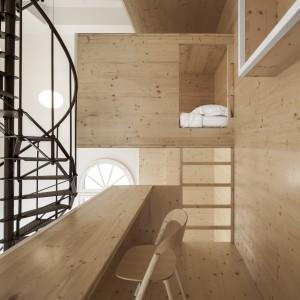 Poszczególne funkcje umieszczono na różnych poziomach, a komunikację między nimi zapewniają drewniane drabiny w kolorze drewnianej zabudowy. Projekt: i29 interior architects. Fot. Ewout Huibers.