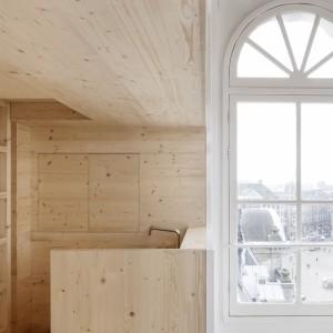 W drewnianej zabudowie ukryto wiele praktycznych funkcji. Znalazło się nawet miejsce na zlewozmywak. Projekt: i29 interior architects. Fot. Ewout Huibers.