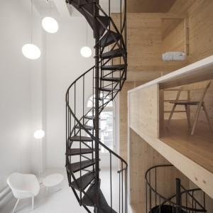 Spiralne, klasyczne schody są mocnym akcentem dekoracyjnym, wyeksponowanym na tle jasnego wnętrza. Projekt: i29 interior architects. Fot. Ewout Huibers.