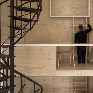 Poszczególne platformy połączone są ze sobą drabinkami. Projekt: i29 interior architects. Fot. Ewout Huibers.