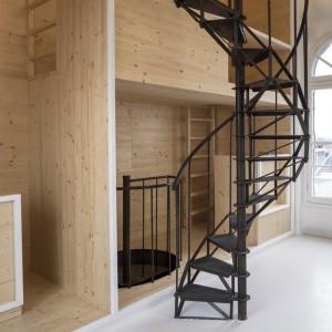 Wnętrze urządzono w trzech barwach: bieli, czerni i kolorze jasnego drewna. Projekt: i29 interior architects. Fot. Ewout Huibers.