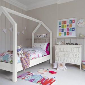 Nawet jeśli pokój dziecka urządzimy na biało, nie będzie on nudny. Ożywią go kolorowe zabawki, książki czy ubrania, które wypełnią jasną przestrzeń malucha. Fot. Marks&Spencer.