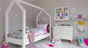 Zastanawiacie się, jakich kolorów użyć w pokoju dziecka, aby był ładny i praktyczny? Zobaczcie, jakie spokojne a zarazem uniwersalną aranżacje można wyczarować z wykorzystaniem mebli i dodatków w jasnych barwach.