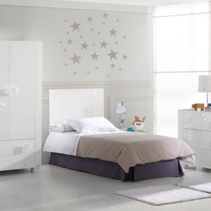 Jeśli decydujemy się na białe ściany, warto urozmaicić je drobnymi dekoracjami. Jasną aranżacje dobrze jest też przełamać ciemnym detalem, np. łóżkiem. Fot. Micuna.