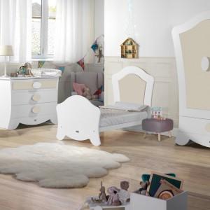 Pomysł na jasny pokój małej dziewczynki. Dekoracyjny kształt mebli z serii Alexa włoskiej marki Micuna, wzbogaca wystrój dość prostej aranżacji. Fot. Micuna.