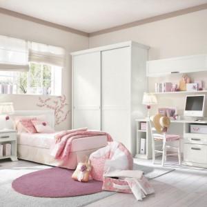 Subtelna, romantyczna aranżacja pokoju dziewczynki powstała na bazie dwóch jasnych kolorów: pastelowego różu i bieli. Fot. Colombini Casa.