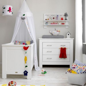 Jasny - a szczególnie biały - pokój malucha koniecznie trzeba wzbogacić elementami o intensywnej barwie. Wyraziste bodźce wzrokowe stymulują rozwój niemowlaka. Fot. Coming Kids.