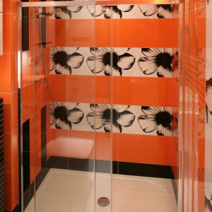 Styl glamour w połączeniu z nowoczesną funkcjonalnością. Kolory i dekory zastosowano także  w strefie prysznica we wnęce. Projekt: Magdalena Bonin-Jarkiewicz. Fot. Bartosz Jarosz.