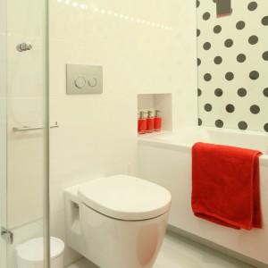 Łazienka wyposażona jest w nowoczesne formy, a za klimat glamour odpowiadają desenie i dodatki. Projekt: Katarzyna Mikulska-Sękalska. Fot. Bartosz Jarosz.