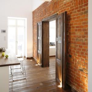...z cegłą, pokrywającą całą ścianę, oddzielającą kuchnię od salonu. Projekt: Konrad Grodziński. Fot. Bartosz Jarosz.