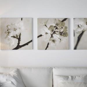 Kwitnący krzew to wdzięczny temat tryptyku autorstwa Heather Johnston. Świetnie ozdobi jasne, subtelne wnętrze. Propozycja od IKEA. Rozmiar 56x56 cm, cena 199 zł. Fot. IKEA.