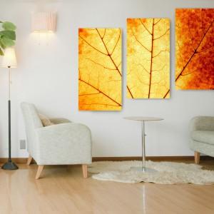 Ideą przewodnią tryptyku jest ciepły, uchwycony w kojącej tonacji, jesienny liść – zamknięty w optycznym zoomie i sprawnie podzielony na trzy, bardzo nowoczesne i jeszcze bardziej modne, dekoracyjne części. Propozycja sklepu Fixar, cena od 291,30 zł (za tryptyk) - w zależności od wymiaru. Fot. Fixar.