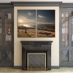 Nie tylko ściana nad sofą czy narożnikiem jest dobrym miejscem na obrazy. Taka dekoracja znakomicie sprawdzi się też nad kominkiem. Piękny wschód słońca będzie pasował zarówno do klasycznych, jak i nowoczesnych wnętrz. Do nabycia w sklepie Demur, cena od 171,96 zł (za dyptyk) - w zależności od wymiarów. Fot. Demur.