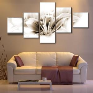 Lilia w rolii głównej na kaskadowym obrazie w delikatnych, subtelnych kolorach sepii. Ciekawie ujęty kwiatostan, którego płatki ledwie zarysowują swoje kształty. Propozycja od AgatonStudio. Cena od 450 zł - w zależności od rozmiaru. Fot. AgatonStudio.