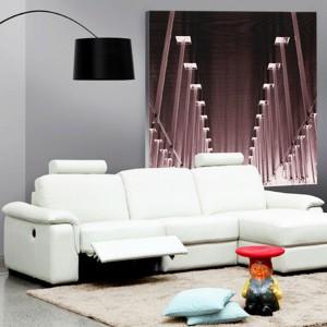 Trzyosobowa, biała sofa narożna marki Calia Italia. Rozkładane siedziska gwarantują optymalny wypoczynek dla zmęczonych nóg. Fot. Ebano Design.