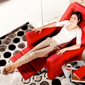 Wygodny fotel rozkładany powinien mieć w swoim salonie każdy amator poobiednich drzemek. Fot. Istikbal.