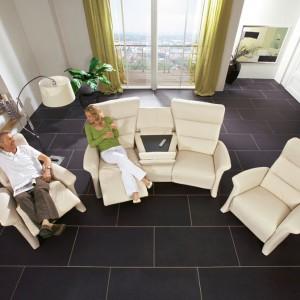 Decydując się na zakup sof czy foteli z funkcją relaksu warto zamówić sobie zestaw w ulubionym kolorze. Kolory wszakże wpływają na stan naszej psychiki oraz ciała. Fot. Mobel Martin.