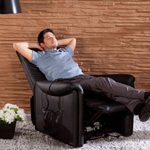 Meble z funkcją relaks mają tak wyprofilowane oparcie, by zapewnić kręgosłupowi zdrowy i komfortowy wypoczynek. Fot. Istikbal.