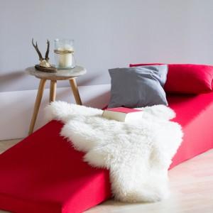 Designerska leżanka, dostępna w sklepie Design3000, to propozycja do salonu wyemancypowanej singielki. Futurystyczna forma i odważna kolorystyka sprawiają, że mebel będzie też nie lada dekoracją salonu. Fot. Design3000.