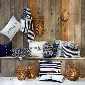 Poduszki w typowo marynistycznych kolorach i wzorach to propozycja marki Riviera Maison. Dostępne w sklepie Squarespace. Cena poduszek z napisami 315 zł/szt. (50x50cm), reszta w cenie 199 zł/szt. Fot. Riviera Maison.