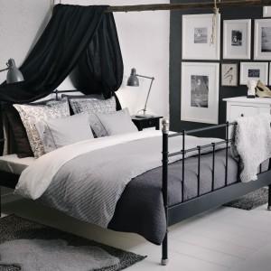 Szarość wzburzonego oceanu i biel spienionych fal - takie skojarzenia budzi wystrój tej sypialni, dyskretnie nawiązujący do stylu marynistycznego. Ewidentnym nawiązaniem jest gałąź podwieszona na linie, która podtrzymuje baldachim. Elementy wystroju dostępne w IKEA. Cena pościeli NYPONROS w paseczki - 99,99 zł (rozmiar kołdry 200x200 cm). Fot. IKEA.