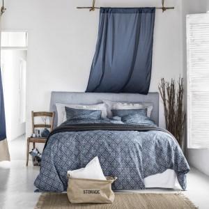 Liny i płótno to elementy, które obowiązkowo muszą znaleźć się w marynistycznej sypialni. Granatowa pościel z cienkiej bawełny w romby idealnie pasuje do takiej morskiej aranżacji. Cena pościeli w sklepie H&M - 149,90 zł. Fot. H&M.