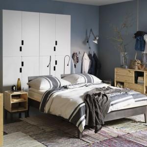 Dyskretne morskie nawiązania oparte są na gołębim błękicie ścian, białej pościeli w szerokie pasy oraz drewnianych meblach, m.in. sosnowej ramie łóżka, która dostępna jest w IKEA. Cena ramy NORNÄS - 899 zł (rozmiar 140x200 cm). Fot. IKEA.