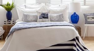 Styl marynistyczny we wnętrzu kojarzy się z bielą i błękitem, czyli kolorami zimy, ale także z nadchodzącą wiosną – poprzez lekkość i wodne nawiązania. Zobaczcie, jak pięknie w tym stylu można urządzić sypialnię.