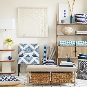 Granatowo-białe dodatki, ratanowe kosze, drewniana komoda z półkami to inspirujące pomysły, które mogą znaleźć się w sypialni w stylu marynistycznym. Fot. Tk Maxx.
